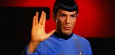Leonard Nimoy gibt seinen vulkanischen Gruß in Star Trek VI zum Besten.