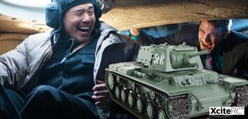 Bild zu:  Randall Park undJames Franco haben Spaß beim Panzerfahren.