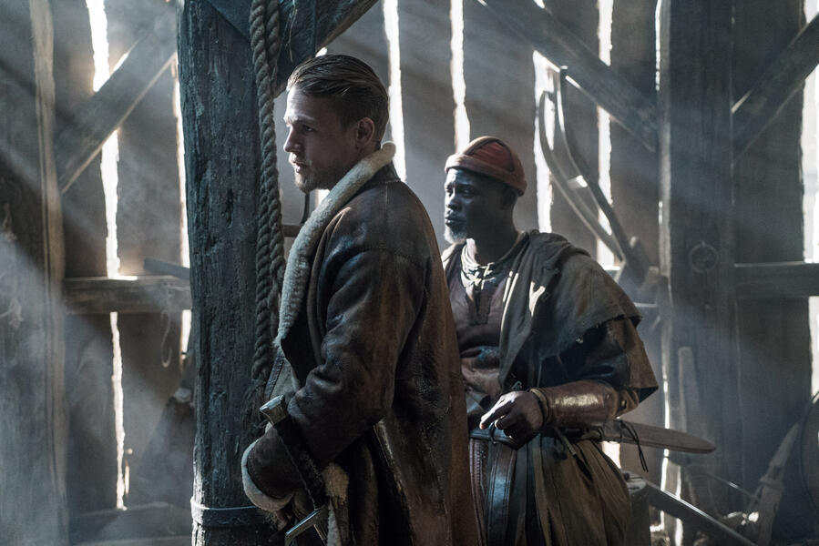 King Arthur: Legend of the Sword mit Charlie Hunnam und Djimon Hounsou