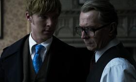 Der junge Agent Peter Guillam (Benedict Cumberbatch) mit seinem Chef George Smiley (Gary Oldman) - Bild 20