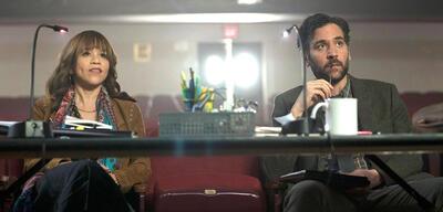 Rosie Perez and Josh Radnor in Rise aus dem Hause NBC