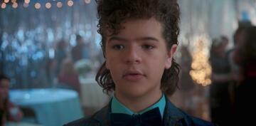 Dustin, vollgekleistert mit Haarspray