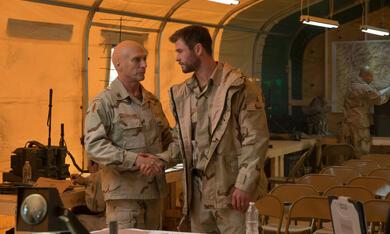 Operation: 12 Strong mit Chris Hemsworth und William Fichtner - Bild 4