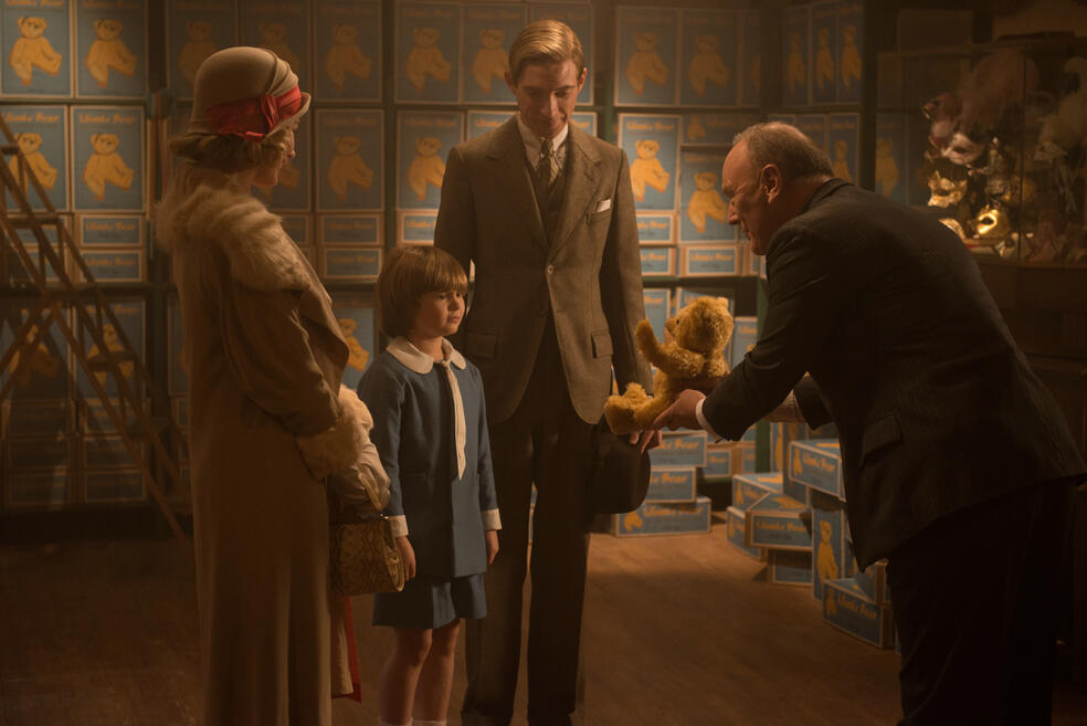Goodbye Christopher Robin mit Margot Robbie, Domhnall Gleeson und Will Tilston