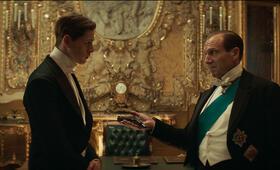The King's Man - The Beginning mit Ralph Fiennes und Harris Dickinson - Bild 9