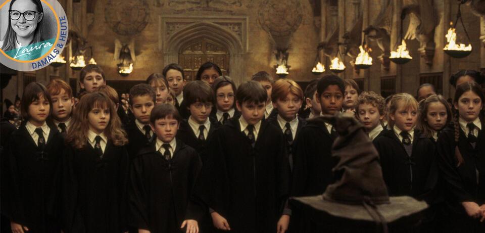 Der Cast von Harry Potter und der Stein der Weisen um den sprechenden Hut geschart