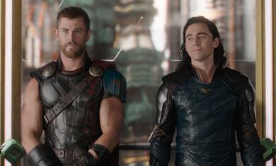 Thor 3: Tag der Entscheidung mit Tom Hiddleston und Chris Hemsworth - Bild 2