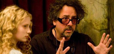 Tim Burton bei Dreharbeiten zu Alice im Wunderland
