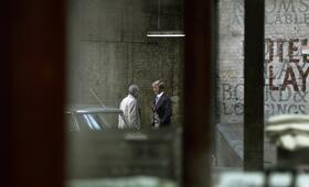 Beobachtend und beobachtet: George Smiley (Gary Oldman) und Peter Guillam (Benedict Cumberbatch) - Bild 24