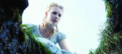 Mia Wasikowska blickt als Alice neuen Abenteuern entgegen
