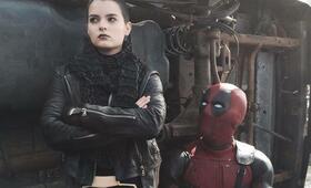 Deadpool mit Ryan Reynolds und Brianna Hildebrand - Bild 16