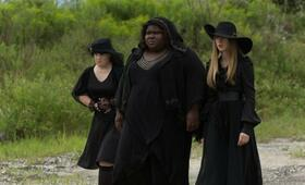 American Horror Story Staffel 3 mit Taissa Farmiga, Gabourey Sidibe und Jamie Brewer - Bild 2