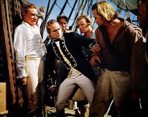 Noch hält Fletcher Christian (Brando, mitte) zu seinem Kapitän (Trevor Howard).