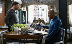 Grey's Anatomy - Staffel 16, Grey's Anatomy - Staffel 16 Episode 1 mit Justin Chambers und James Pickens Jr. - Bild 2