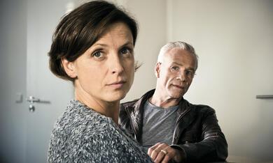 Tatort: Nachbarn mit Klaus J. Behrendt und Julia Brendler - Bild 11